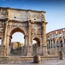 Arco con el Coliseo de fondo